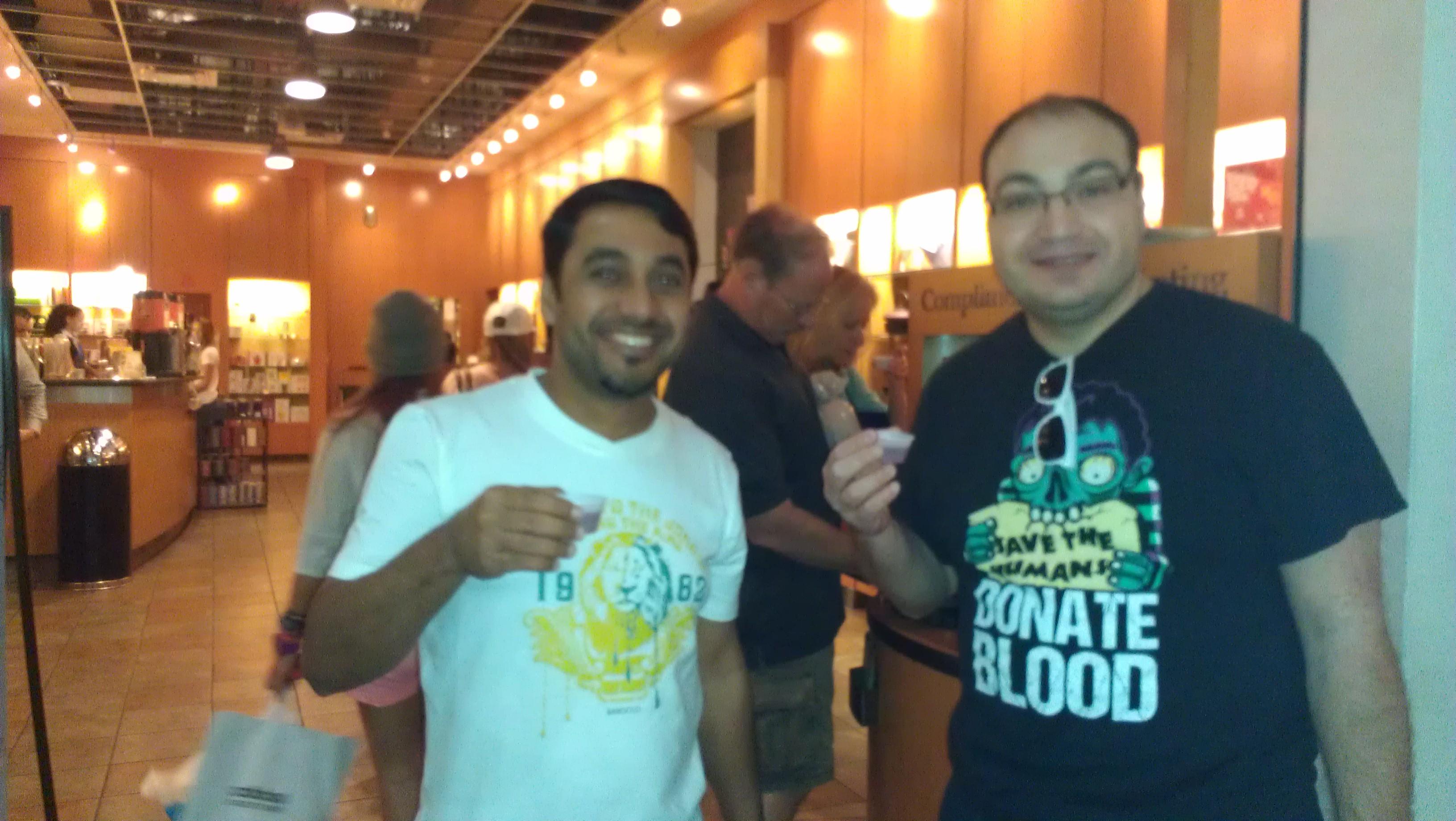 Yahia (Oman) visita o Sawgrass Mills Mall com John.