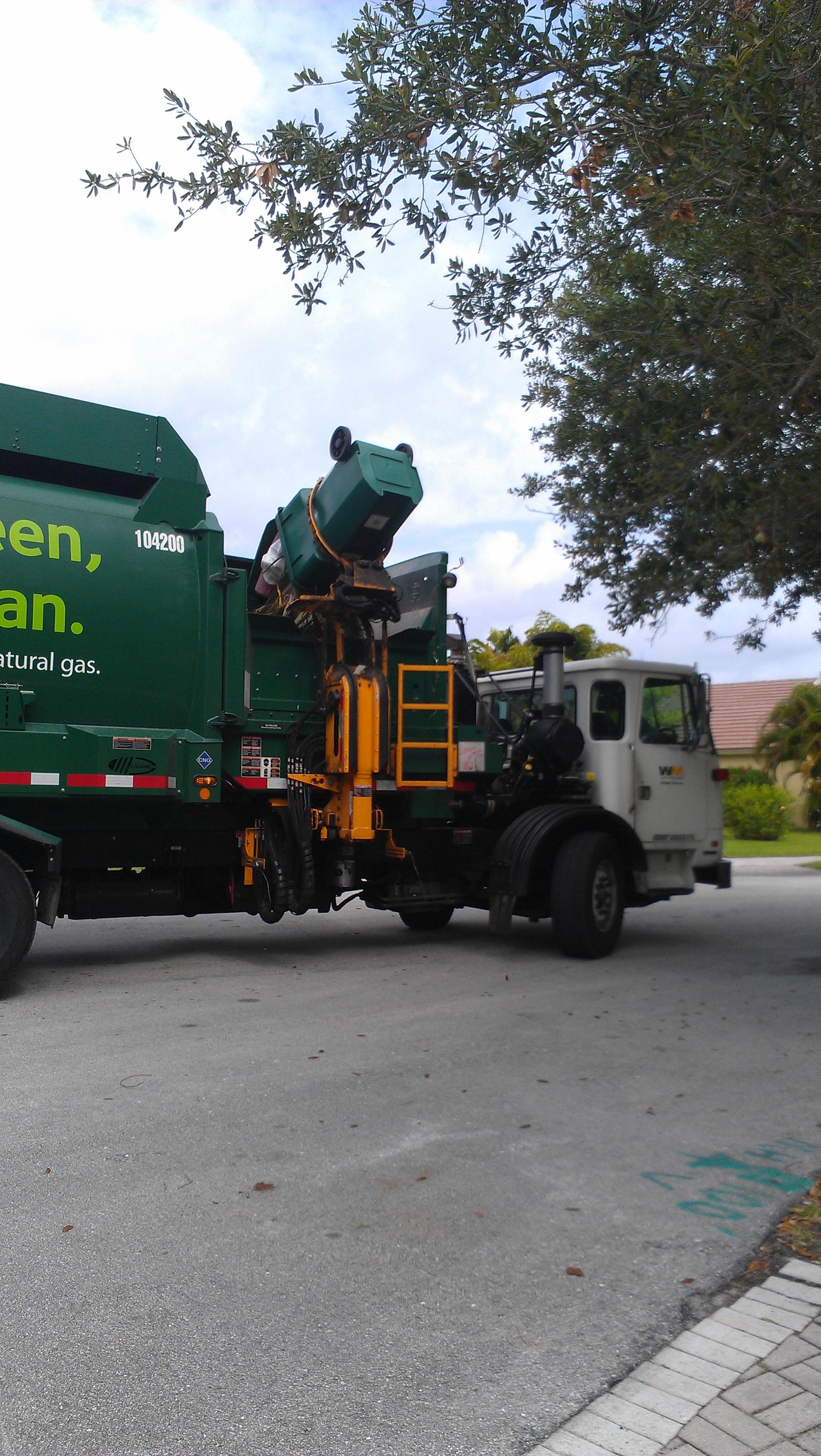 Coleta de lixo é automatizada em algumas localidades.