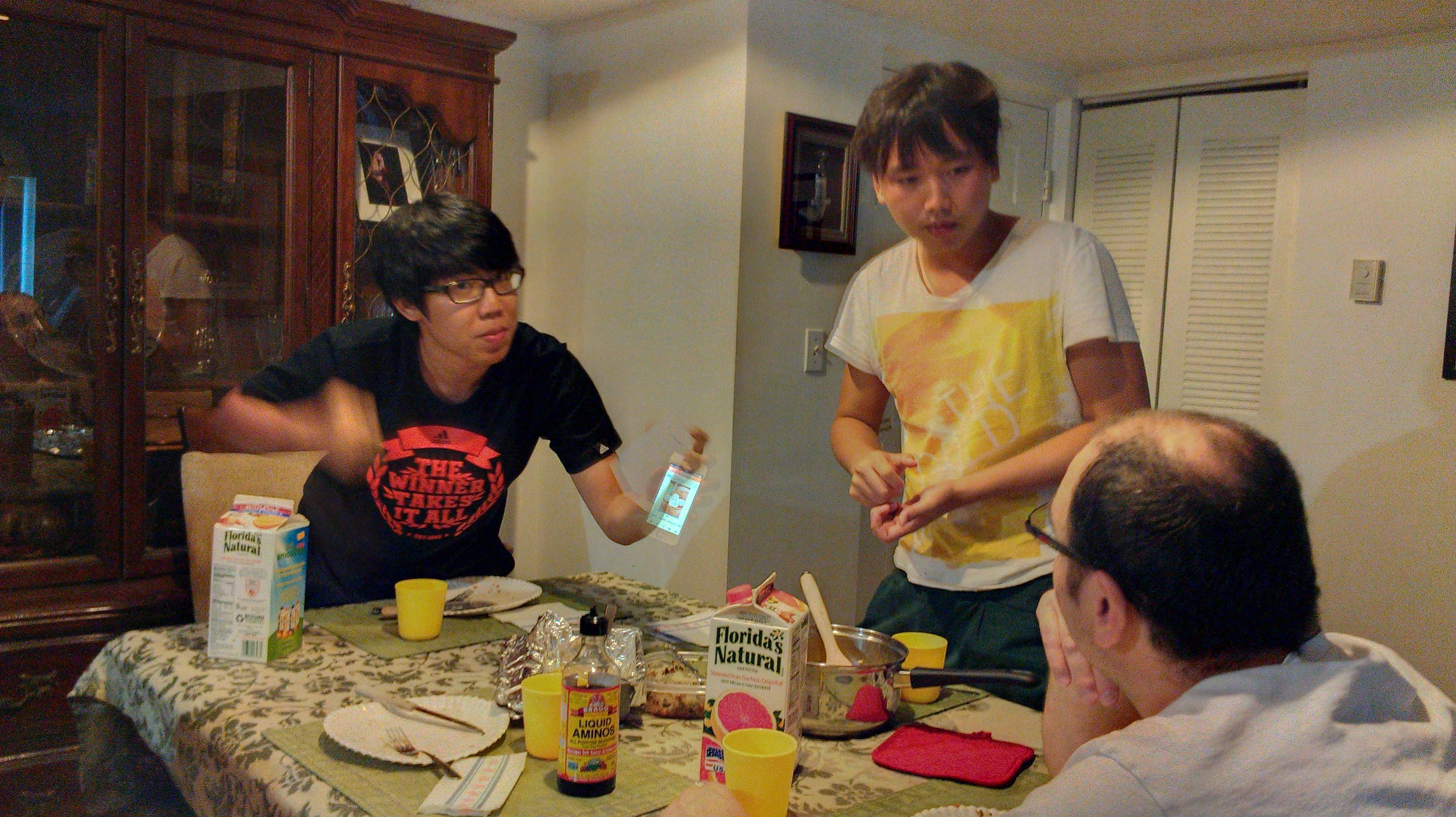 Chen e Yan tentando explicar o que eles comem no café da manhã na China.