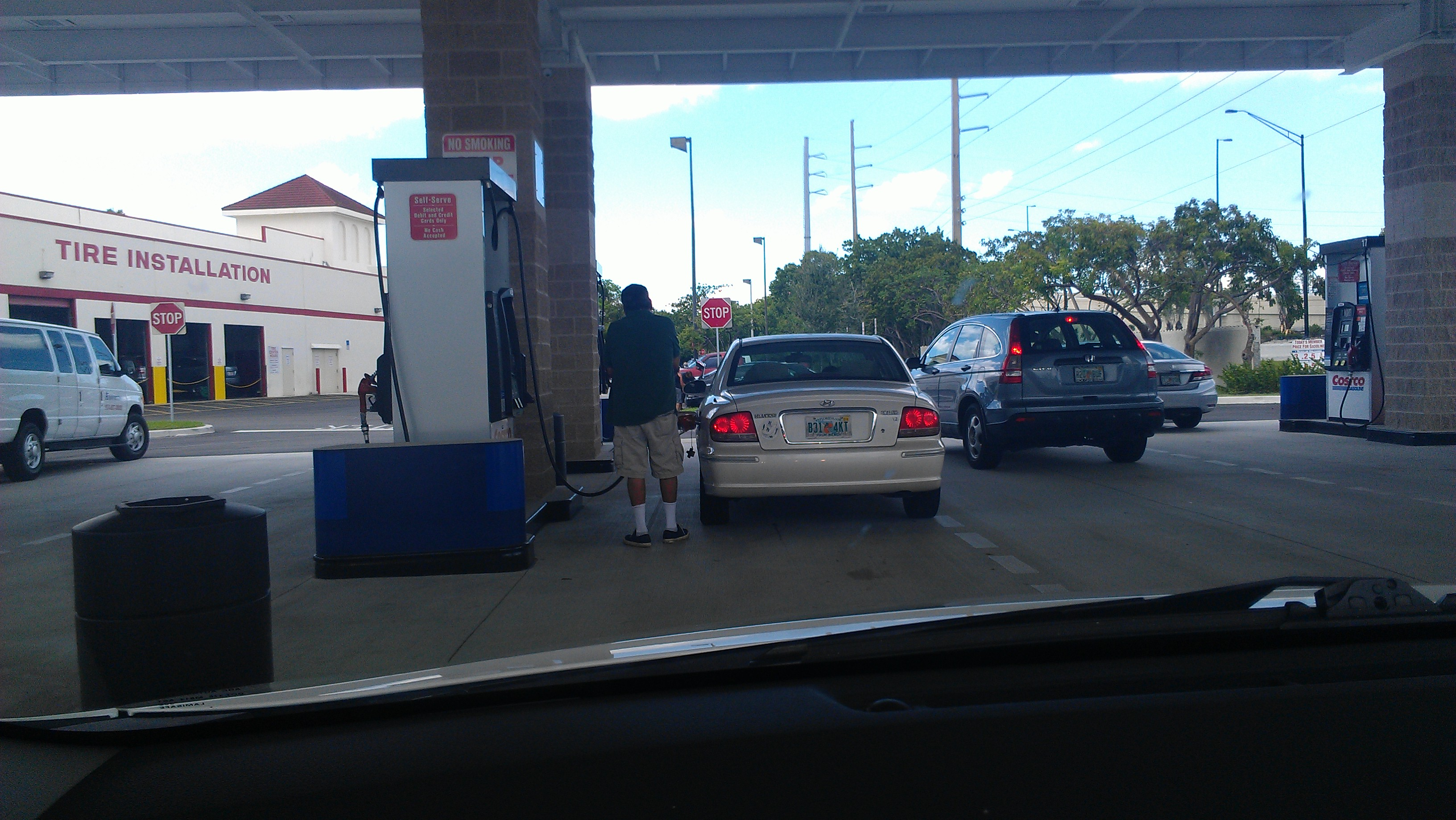 Na Flórida é o cliente que abastece o próprio carro.